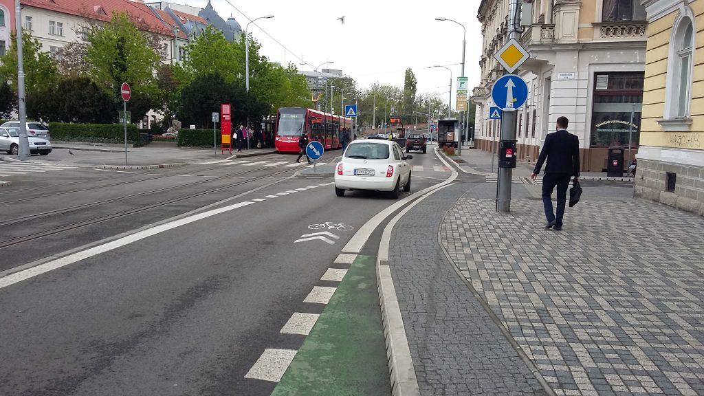 Cyklo chodník pripájajúci sa k ceste