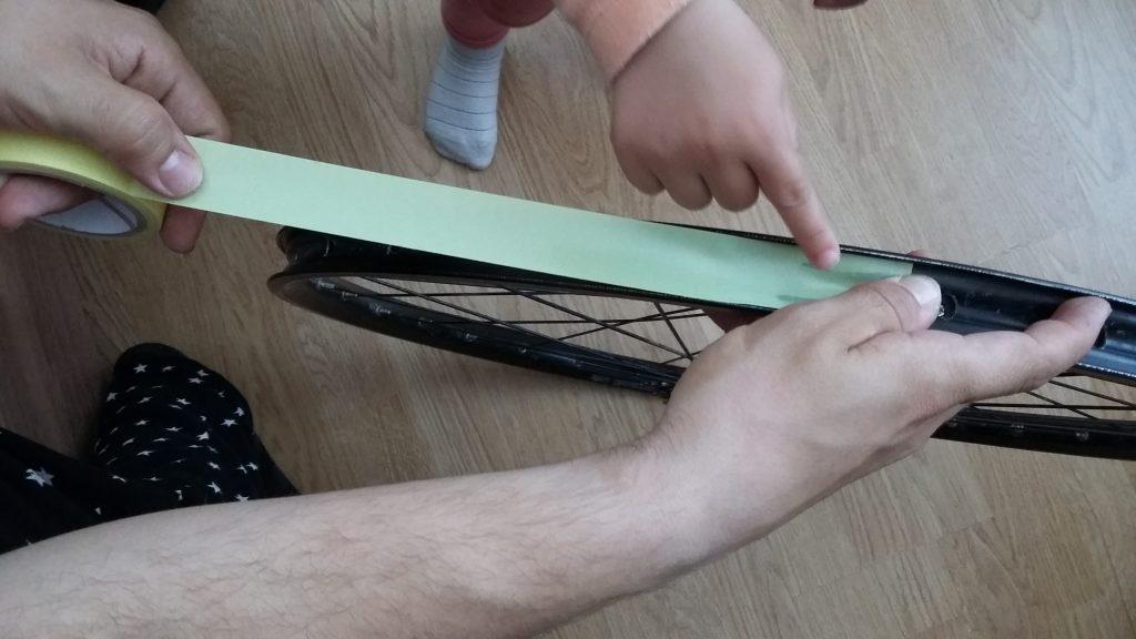 Nalepenie špeciálnej pásky do ráfu
