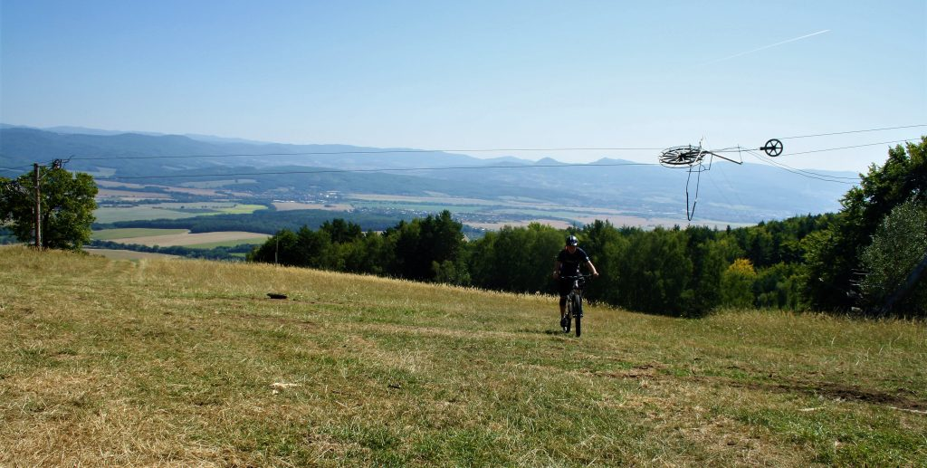 Vrchol porubského lyžiarskeho vleku ponúka epické výhľady na Hornonitrianku kotlinu