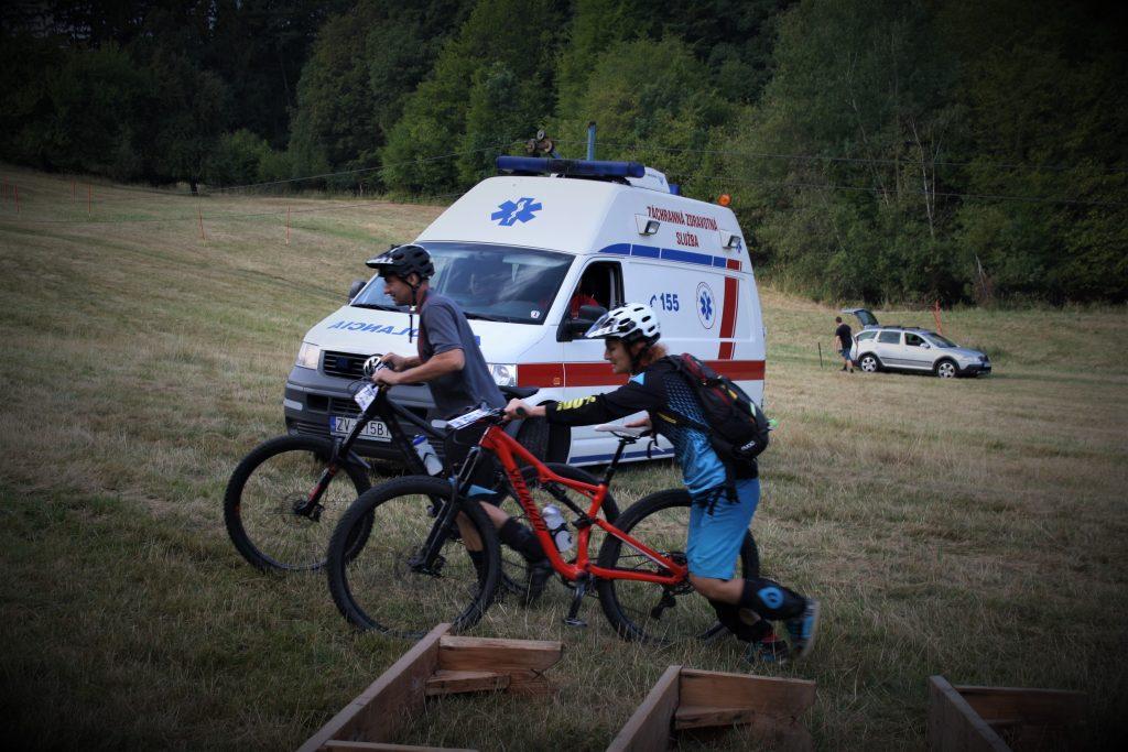 Sanitkári žiaľ mali aj nejakú prácu počas závodu - vykĺbené rameno hneď na prvej RS