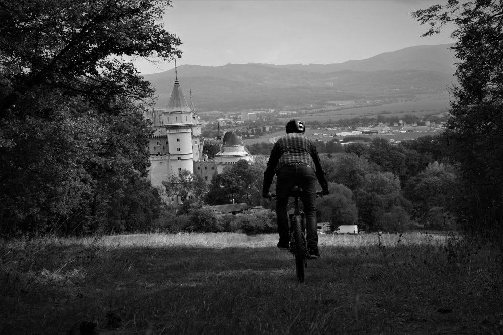 Koniec Pálfy trailu ústi na lúke s romantickým výhľadom na Bojnický zámok, Prievidzu a východnú časť Hornonitrianskej kotliny